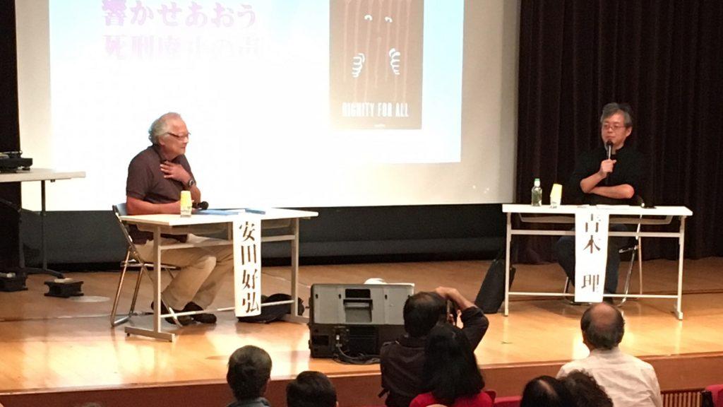 対談する弁護士の安田好弘氏(右)とジャーナリストの青木理氏(2018年10月3日、星稜会館)。