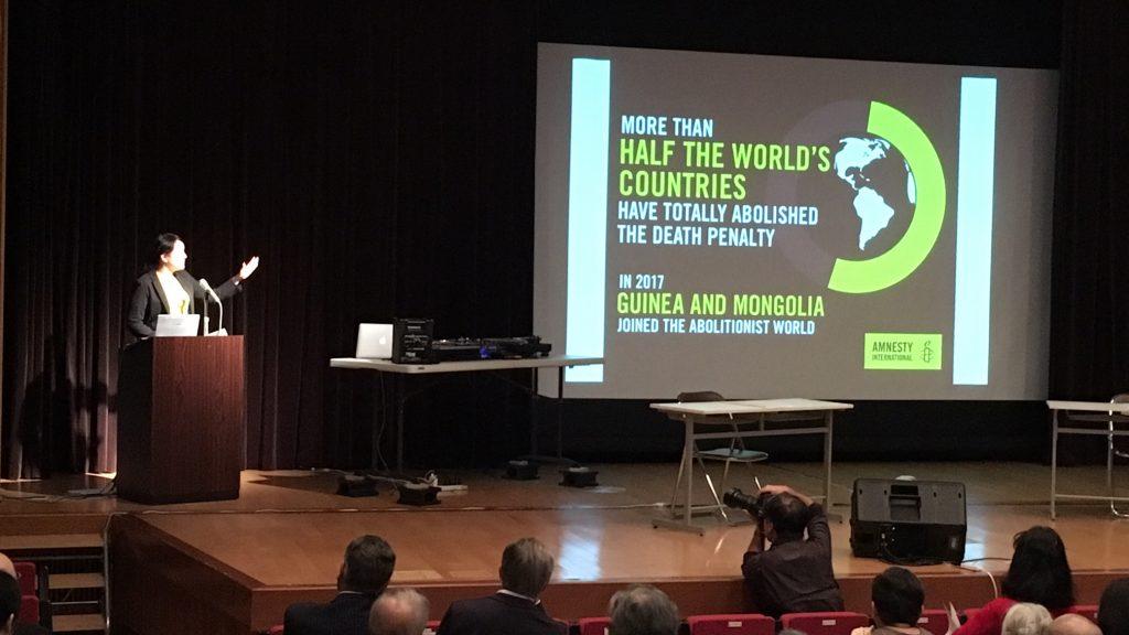 死刑廃止に向かう世界の動きを報告するアムネスティ・インターナショナル日本に山口薫氏(2018年10月3日、星稜会館)。