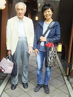 久しぶりに会った若松芳也先生(左)と一緒に撮った写真(京都鴨川沿いの食事処の玄関前で。写真提供:村岡美奈)