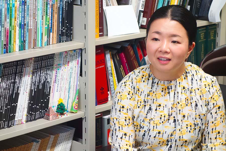 笹倉香奈氏。甲南大学研究室にて。