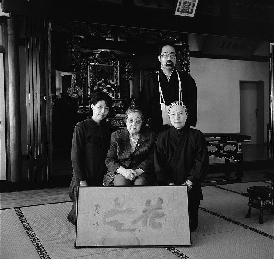 敬愛園に所蔵されている古川泰龍の書「花曇」を囲んで