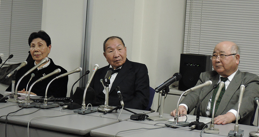 記者会見に臨む袴田巖さん